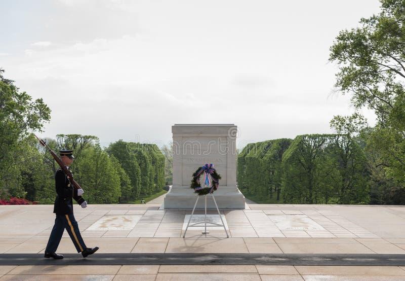 En militär marscherar på gravvalvet av den okända soldaten royaltyfria bilder