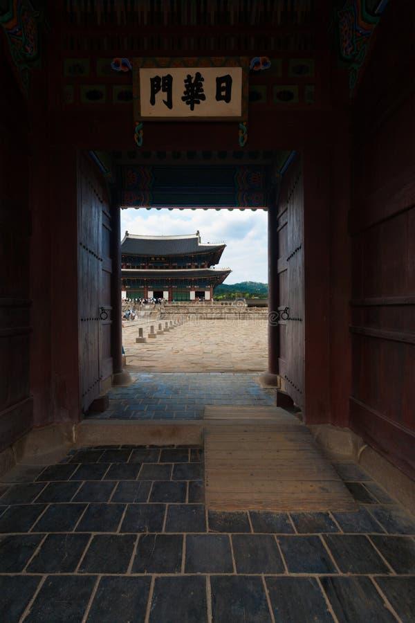 Sidan hänrycker den dörrborggårdGyeongbokgung slotten royaltyfria foton