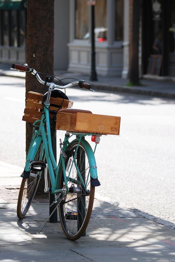En mintkaramellgräsplancykel med en korg och trämagasin i baksida i den i stadens centrum charlestonen, South Carolina royaltyfri fotografi