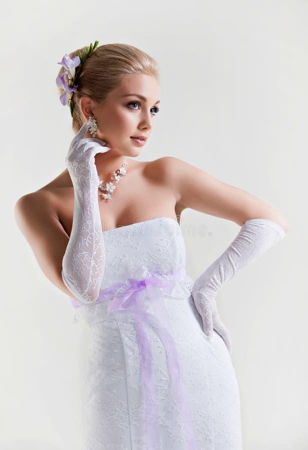 En mjuk stående av en härlig blond brud i bröllopsklänning w royaltyfri bild