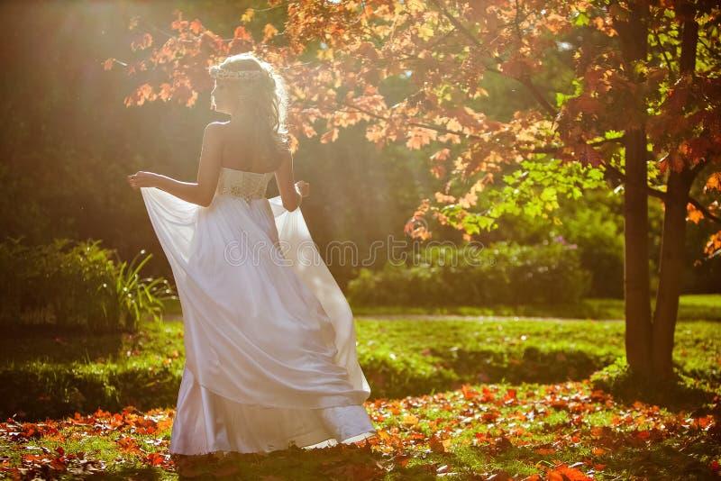 En mjuk stående av en härlig brud med en diadem av blommor royaltyfri bild