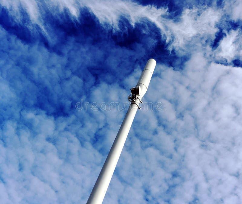 En mobiltelefonmast och dramatiska moln arkivbilder