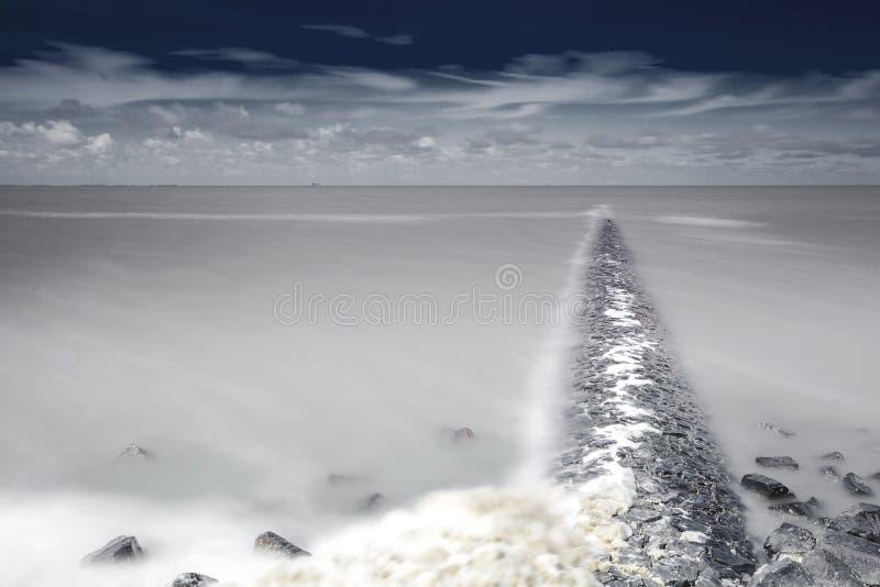 En Moddergat de Paesens do bij de Wadddengebied, Mudflats em en Mo de Paesens imagem de stock