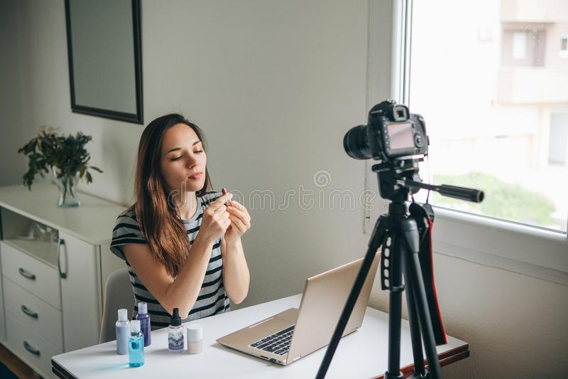 En modeblogger antecknar videoen arkivbild