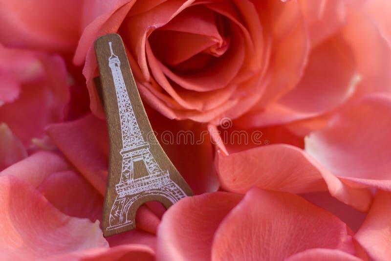 En modell Eiffel lutar mot en ros royaltyfria foton