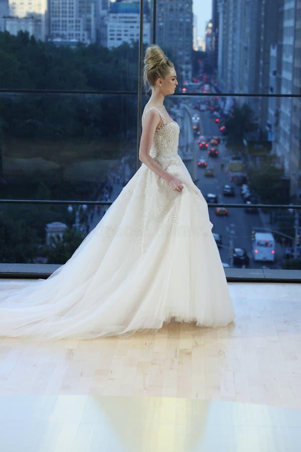 En modell går landningsbanan för Ines Di Santo Bridal shownedgång/samling för vinter 2018 arkivfoto