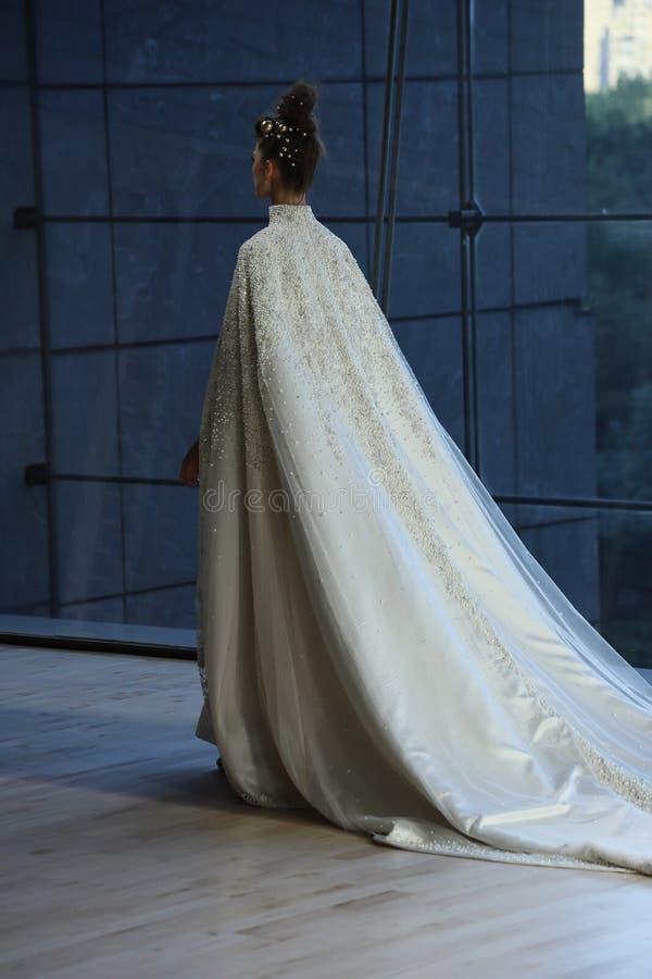 En modell går landningsbanan för Ines Di Santo Bridal shownedgång/samling för vinter 2018 royaltyfria foton