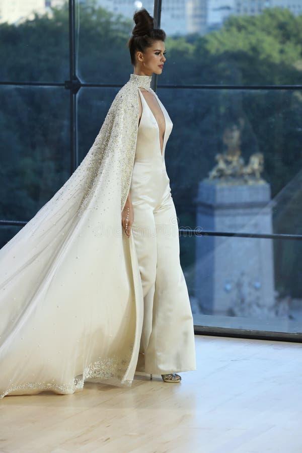 En modell går landningsbanan för Ines Di Santo Bridal shownedgång/samling för vinter 2018 royaltyfri bild