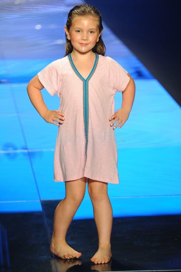 En modell går landningsbanan för Pitusa under den Paraiso modemässan arkivfoto