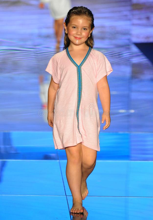 En modell går landningsbanan för Pitusa under den Paraiso modemässan arkivfoton