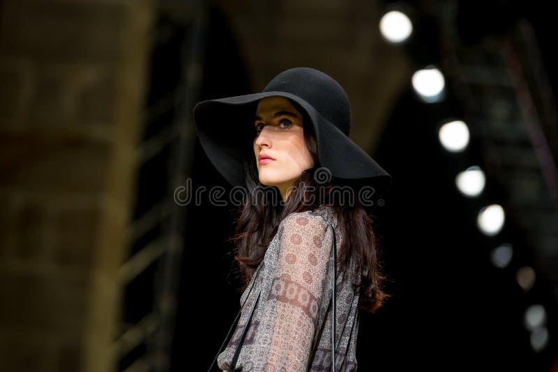 En modell går landningsbanan för som samlingen på modeveckan för 080 Barcelona arkivfoton