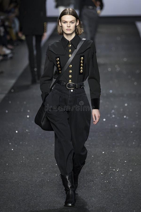 En modell går landningsbanan på den Alberta Ferretti showen på Milan Fashion Week Autumn /Winter 2019/20 arkivbild