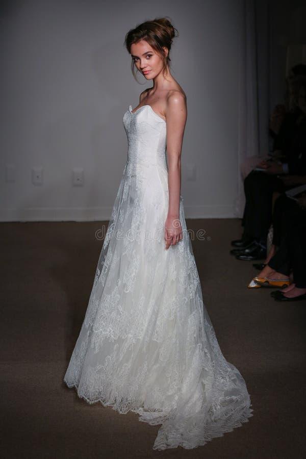 En modell går landningsbanan på den Anna Maier/Ulla-Maija Couture Bridal Spring /Summer landningsbanashowen 2016 royaltyfria foton