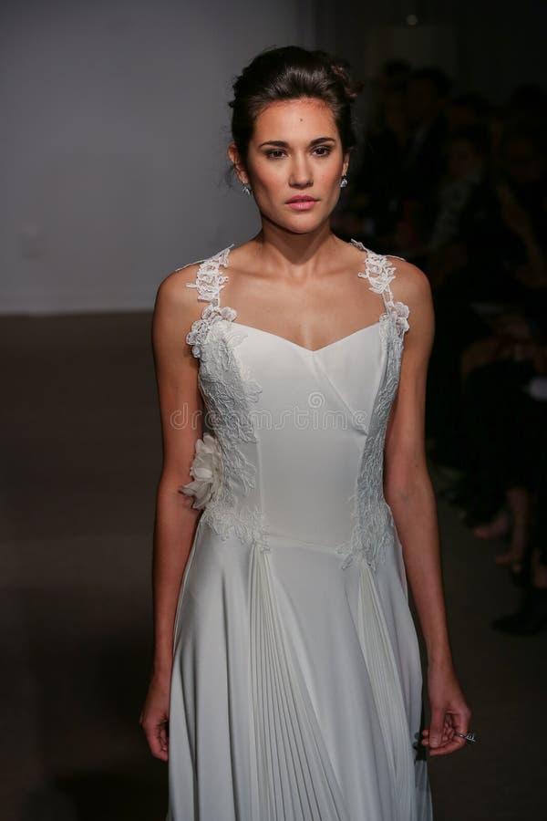 En modell går landningsbanan på den Anna Maier/Ulla-Maija Couture Bridal Spring /Summer landningsbanashowen 2016 arkivbilder