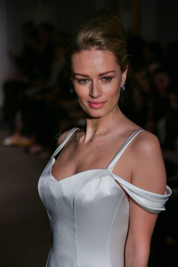 En modell går landningsbanan på den Anna Maier/Ulla-Maija Couture Bridal Spring /Summer landningsbanashowen 2016 arkivfoton