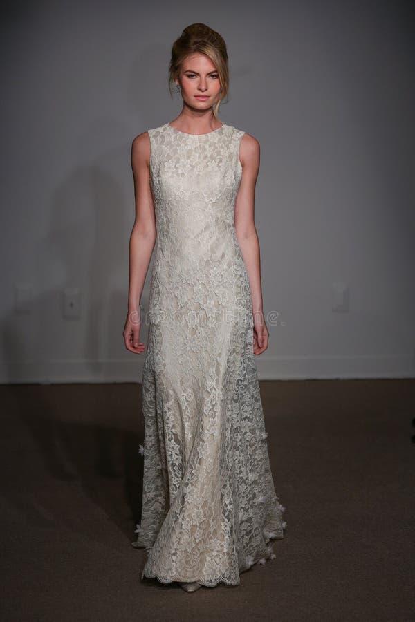 En modell går landningsbanan på den Anna Maier/Ulla-Maija Couture Bridal Spring /Summer landningsbanashowen 2016 royaltyfri fotografi