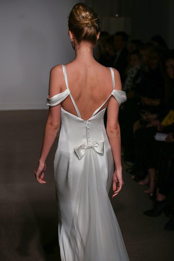 En modell går landningsbanan på den Anna Maier/Ulla-Maija Couture Bridal Spring /Summer landningsbanashowen 2016 arkivbild