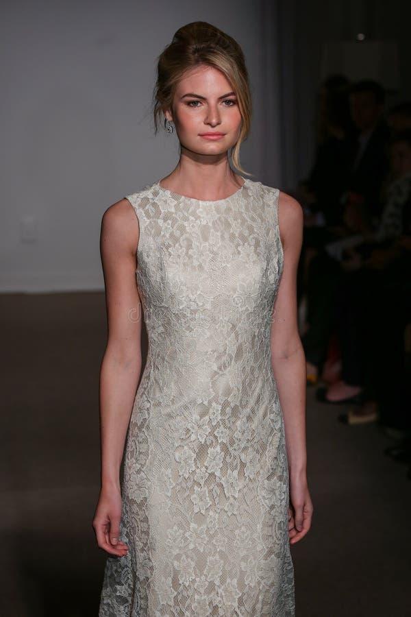 En modell går landningsbanan på den Anna Maier/Ulla-Maija Couture Bridal Spring /Summer landningsbanashowen 2016 royaltyfri foto