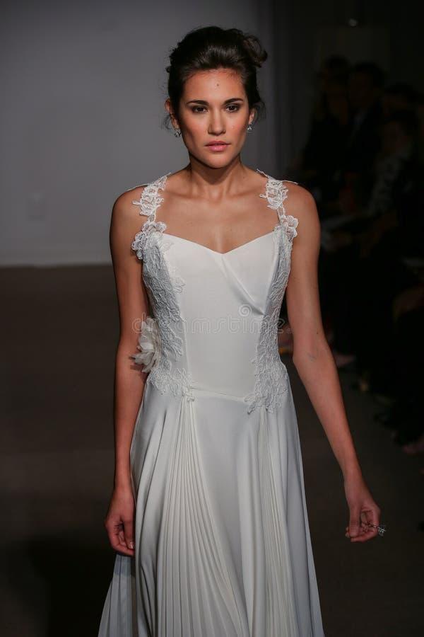 En modell går landningsbanan på den Anna Maier/Ulla-Maija Couture Bridal Spring /Summer landningsbanashowen 2016 royaltyfria bilder