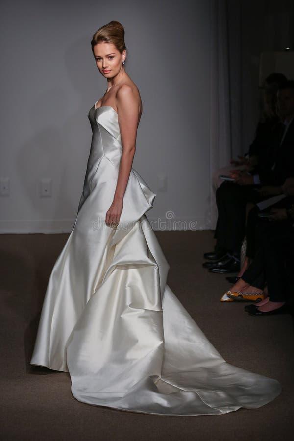 En modell går landningsbanan på den Anna Maier/Ulla-Maija Couture Bridal Spring /Summer landningsbanashowen 2016 royaltyfri bild