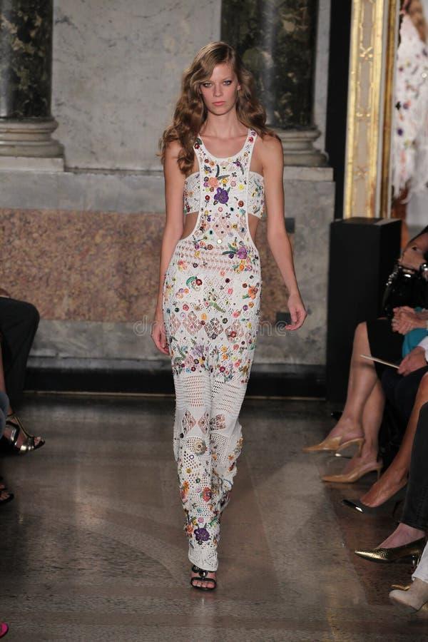 En modell går landningsbanan på den Emilio Pucci showen som en del av Milan Fashion Week royaltyfri bild