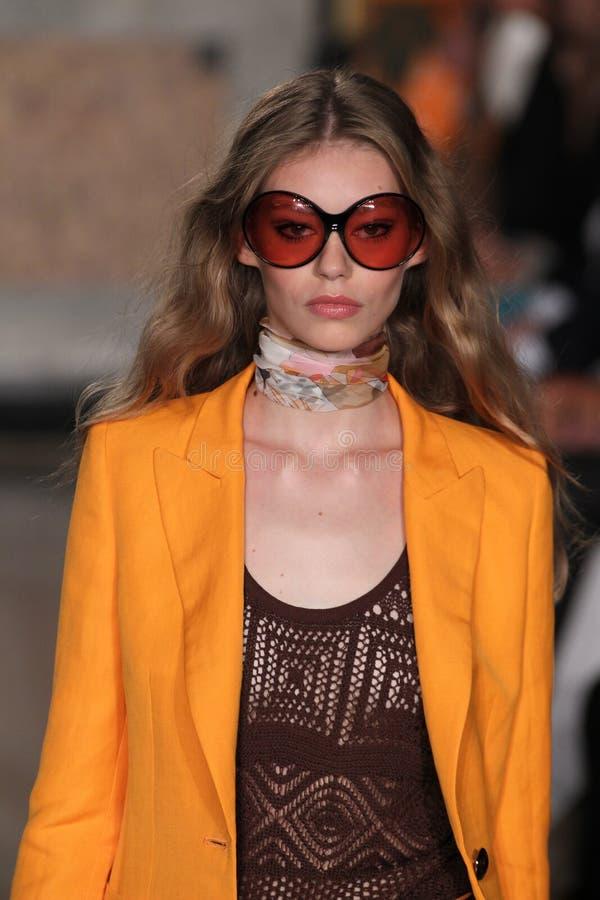 En modell går landningsbanan på den Emilio Pucci showen som en del av Milan Fashion Week arkivbilder