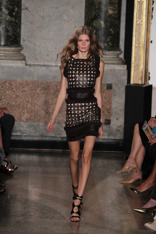 En modell går landningsbanan på den Emilio Pucci showen som en del av Milan Fashion Week fotografering för bildbyråer