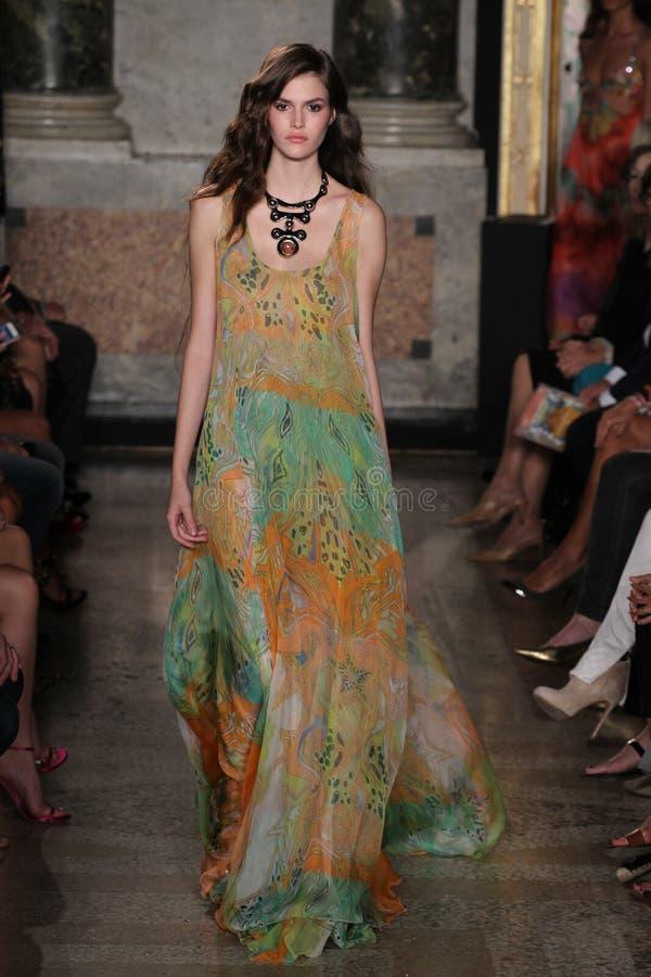 En modell går landningsbanan på den Emilio Pucci showen som en del av Milan Fashion Week arkivfoton