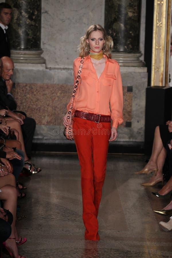 En modell går landningsbanan på den Emilio Pucci showen som en del av Milan Fashion Week royaltyfri fotografi