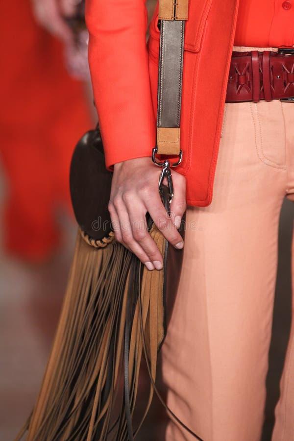 En modell går landningsbanan på den Emilio Pucci showen som en del av Milan Fashion Week royaltyfria bilder