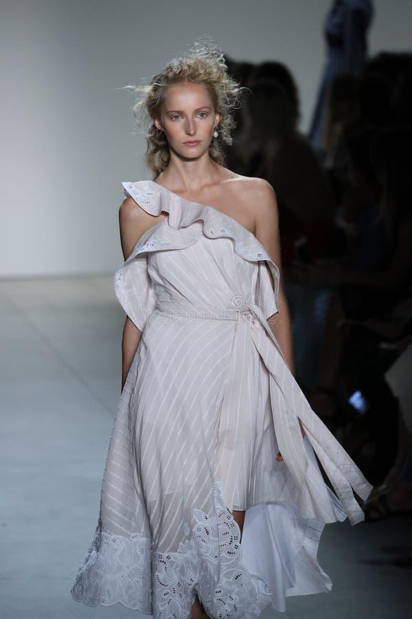 En modell går landningsbanan på TRESemmen på den Jonathan Simkhai modeshowen arkivbilder