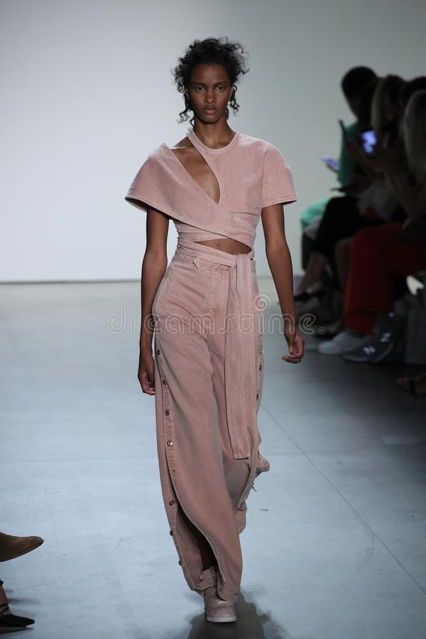En modell går landningsbanan på TRESemmen på den Jonathan Simkhai modeshowen arkivfoton