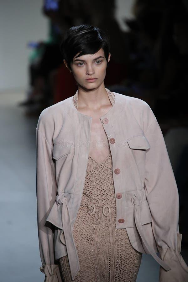 En modell går landningsbanan på TRESemmen på den Jonathan Simkhai modeshowen royaltyfria bilder