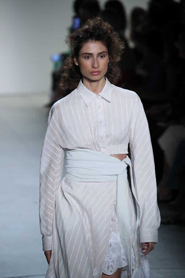 En modell går landningsbanan på TRESemmen på den Jonathan Simkhai modeshowen arkivfoto