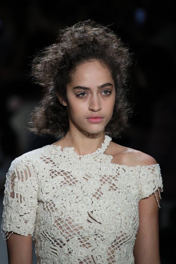 En modell går landningsbanan på TRESemmen på den Jonathan Simkhai modeshowen royaltyfri fotografi