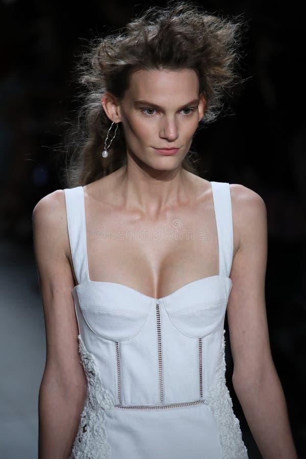 En modell går landningsbanan på TRESemmen på den Jonathan Simkhai modeshowen royaltyfri bild