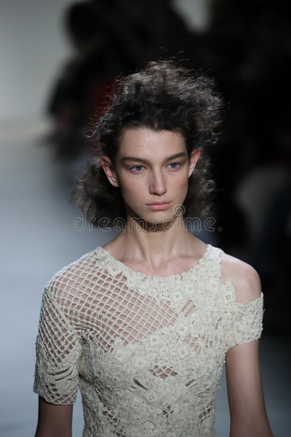 En modell går landningsbanan på TRESemmen på den Jonathan Simkhai modeshowen fotografering för bildbyråer