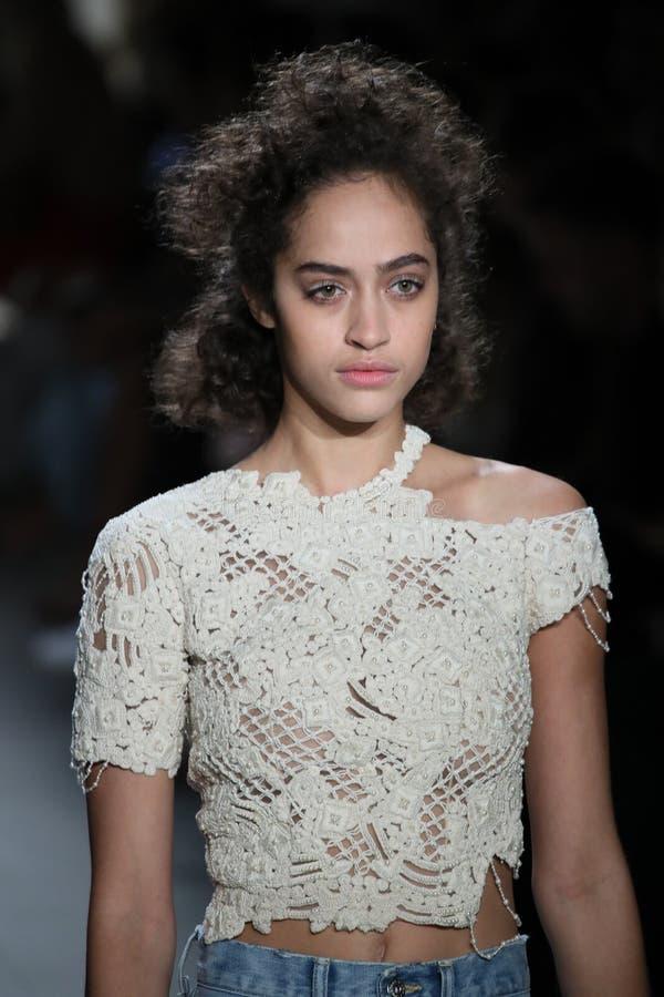 En modell går landningsbanan på TRESemmen på den Jonathan Simkhai modeshowen royaltyfri foto