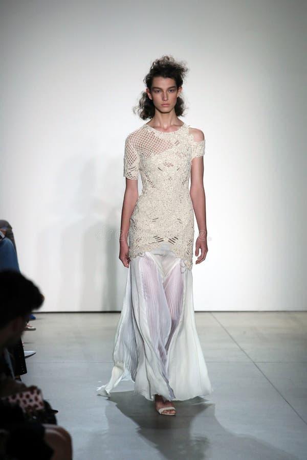 En modell går landningsbanan på TRESemmen på den Jonathan Simkhai modeshowen royaltyfria foton
