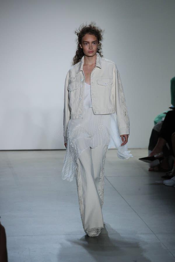 En modell går landningsbanan på TRESemmen på den Jonathan Simkhai modeshowen arkivbild