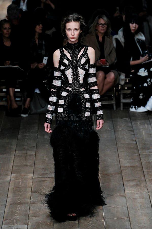 En modell går landningsbanan under den Alexander McQueen showen royaltyfria bilder
