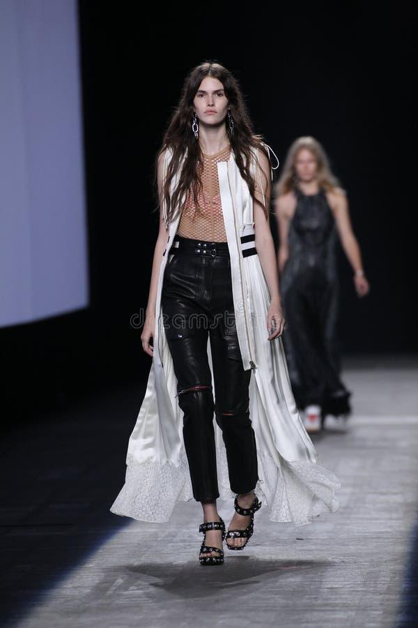 En modell går landningsbanan under den Alexander Wang Spring /Summer modeshowen 2016 arkivfoton