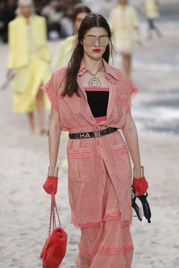 En modell går landningsbanan under den Chanel showen som delen av den Womenswear för den Paris modeveckan våren/sommaren 2019 royaltyfria foton