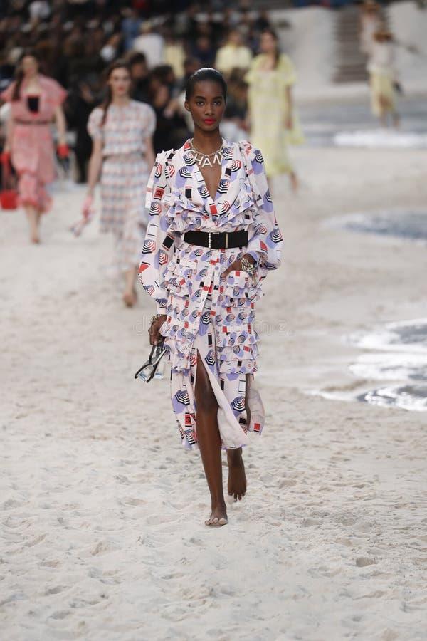 En modell går landningsbanan under den Chanel showen som delen av den Womenswear för den Paris modeveckan våren/sommaren 2019 arkivbild