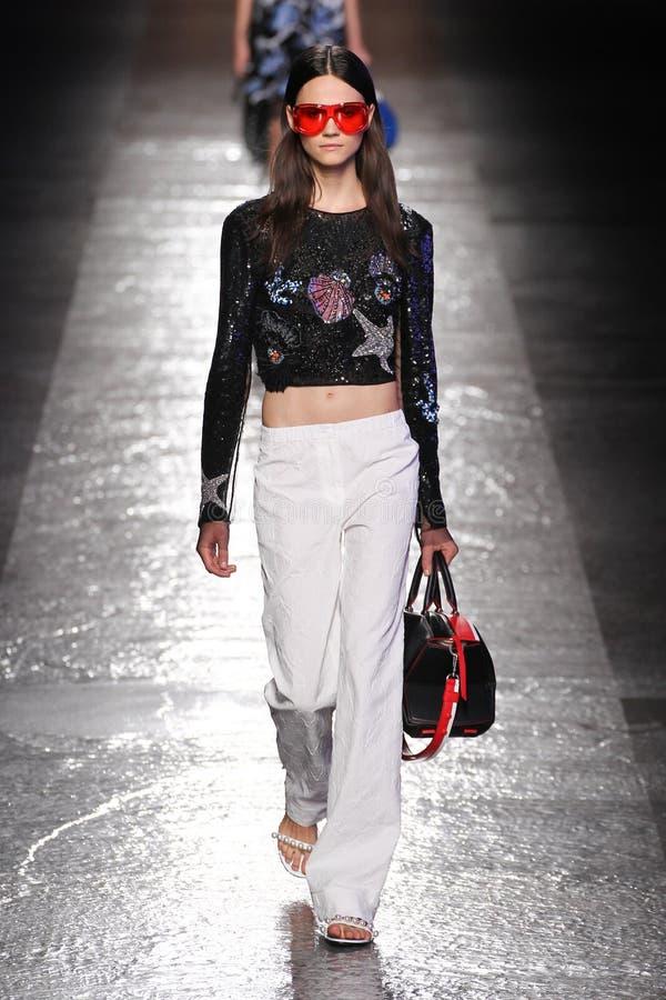 En modell går landningsbanan under den Emilio Pucci showen royaltyfria foton