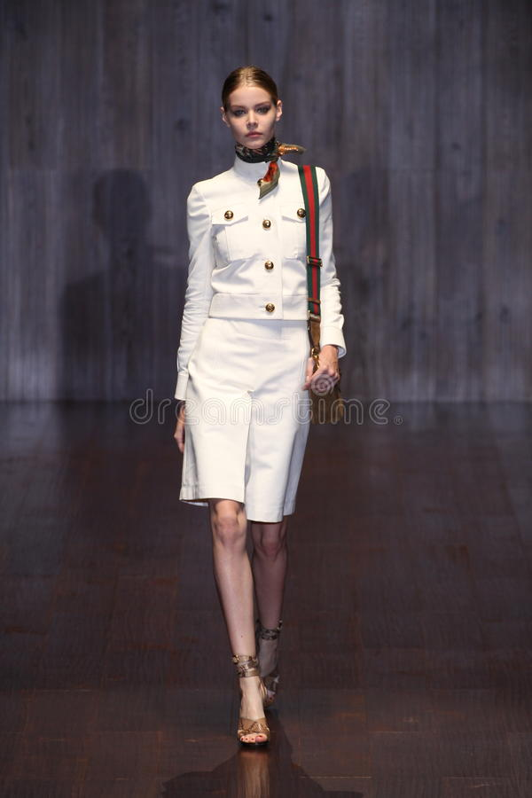 En modell går landningsbanan under den Gucci showen som en del av Milan Fashion Week arkivfoton