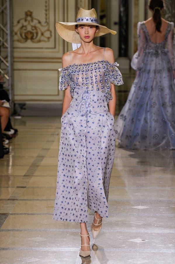 En modell går landningsbanan under den Luisa Beccaria modeshowen arkivfoton
