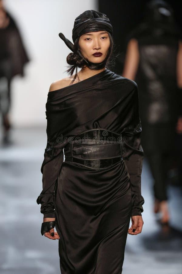 En modell går landningsbanan under den Nicholas K modeshowen fotografering för bildbyråer