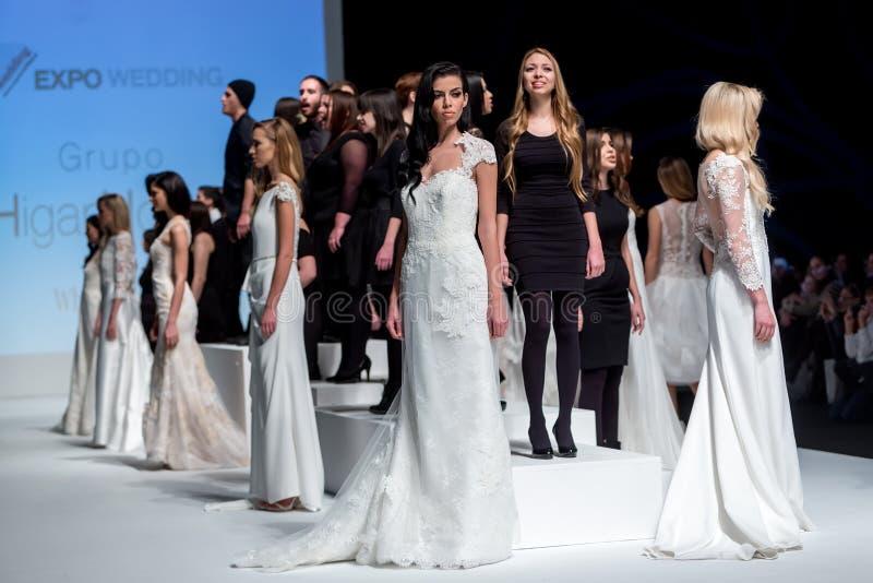 En modell går landningsbanan under 14th expobröllop för modeshowen royaltyfria bilder