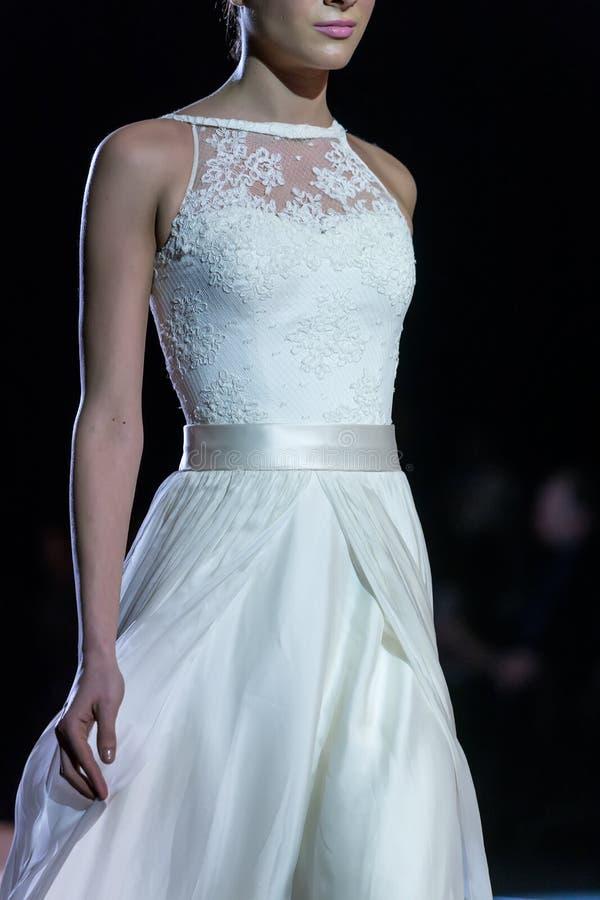 En modell går landningsbanan under 14th expobröllop för modeshowen arkivbild